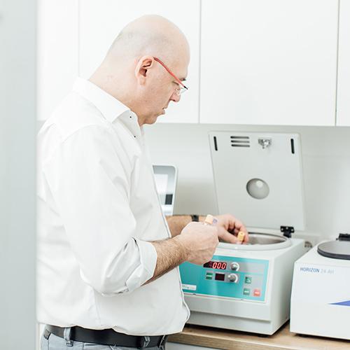 Rheumatologe Düsseldorf - Dr. Turin an der Zentrifuge der Praxis